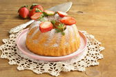 Round sponge cake with strawberries — ストック写真