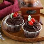 kiraz ve krema ile çikolatalı kek — Stok fotoğraf