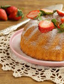Round sponge cake with strawberries — Foto Stock