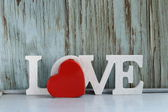 Mot d'amour faite de lettres en bois blanches sur fond vintage — Photo
