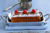 Pound cake with powdered sugar and berries — Stock Photo
