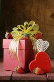розовая подарочная коробка с лентой и украшения в винтажном стиле — Стоковое фото