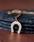 ゴールドジュ エリー ペンダント蹄鉄 - 幸運のシンボル — ストック写真