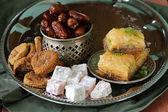 ассорти из восточных сладостей - рахат-лукум, пахлава, свиданий — Стоковое фото
