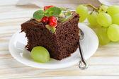 Chocolade brownie cake versierd met verschillende vruchten — Stockfoto