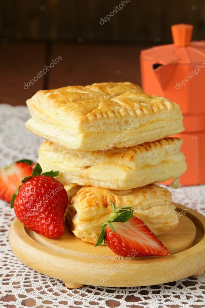 Postre empanadas hojaldre con fresas en mesa de madera - Empanelados de madera ...