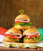 Mini burgers with ham and vegetables - snacks for parties and picnics — Stockfoto