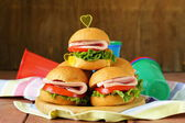 Mini burgers with ham and vegetables - snacks for parties and picnics — Stock fotografie