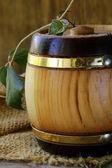 木製の背景上の製品のための木製の樽 — ストック写真