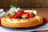 Vanilla cake with fresh strawberries - summer pastries — ストック写真
