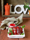 Mermelada casera de fresas frescas en un tarro de cristal — Foto de Stock