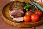 Grilled meat beef steak with vegetable garnish (asparagus and tomatoes) — Stock Photo