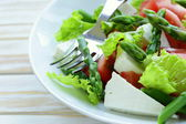 Fresh salad with tomatoes, asparagus and cheese — Stock Photo