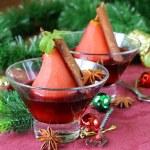 梨は、スパイス (シナモン、アニス) クリスマスのテーブルの設定とワインで調理 — ストック写真 #47905571