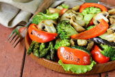 Appetizer of grilled vegetables (bell peppers, asparagus, zucchini, broccoli) — Stock Photo