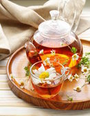 Organic herbal green tea with fresh chamomile flowers — Stock Photo