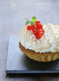 Tart with lemon cream and meringue decorated with currants — Stock Photo