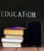 Pila de libros antiguos viejos y tableta digital, concepto de educación — Foto de Stock