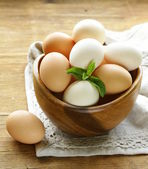Natural organic eggs in a wooden bowl — Zdjęcie stockowe