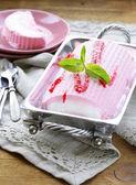 Aardbei vanille cake roll ijs met munt en berry saus — Stockfoto