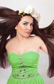 長い髪の美しい春の少女 — ストック写真