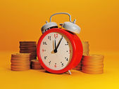 Time to earn money. Alarm clock symbolizes time and team gold. E — Zdjęcie stockowe