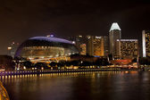 Esplanade Theatres on the bay is a waterside building at night — Стоковое фото