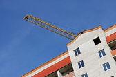 Kraan boom over hoofdgebouw — Stockfoto