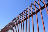 Hek met gebogen metalen staven — Stockfoto