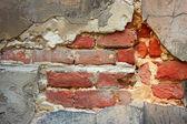Oude bakstenen muur met vernietigde stucwerk — Stockfoto