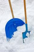 две лопаты в куче снег — Стоковое фото