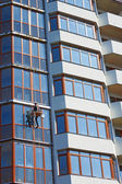 Installer worker finished the skyscraper facade — Stock Photo