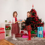 Happy kids with christmas present — Stock Photo #13980788