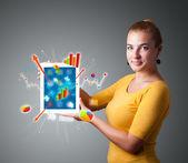 žena drží moderní tablet s barevné diagramy a grafy — Stock fotografie