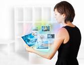 Jeune femme photos sur tablette moderne de navigation — Photo