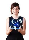 Jeune femme regardant la tablette moderne avec des icônes de la monnaie — Photo