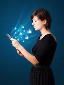 Jovem mulher olhando tablet moderno com resumo luzes e assim — Foto Stock