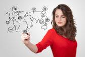 Mladá žena sociální mapa kreslení na tabuli — Stock fotografie