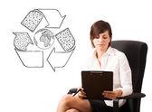 Jonge vrouw presenteren recycle globe op whiteboard — Stockfoto