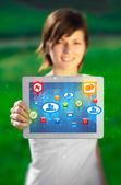 Jonge vrouw op zoek naar moderne tablet met abstract lichten en zo — Stockfoto