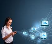 Krásná dáma psaní na smartphone s cloud computing — Stock fotografie