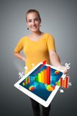 カラフルなグラフや図を持つ若い女性持株タブレット — ストック写真