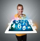 Młoda kobieta gospodarstwa tabletki z numerami — Zdjęcie stockowe