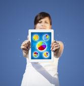 Młoda kobieta, patrząc na nowoczesne tabletki z streszczenie światła i var — Zdjęcie stockowe
