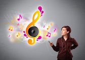 Pretty girl singing and listening to music with musical notes — Foto Stock