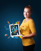 Mulher segurando a tablet moderno com diagramas coloridos e gráficos — Foto Stock