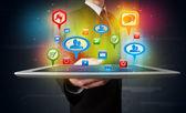 Empresário apresentar tablet moderno com sinais sociais coloridos — Foto Stock