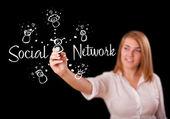 Kobieta draving sieć społeczną tematu na tablicy — Zdjęcie stockowe