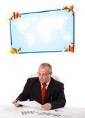 Zakenman zit aan bureau met kopie ruimte — Stockfoto