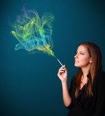 Güzel bayan ile renkli duman sigara i̇çilmeyen — Stok fotoğraf